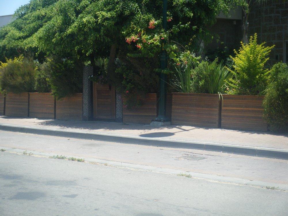 אדניות עץ איפאה ושער משולב
