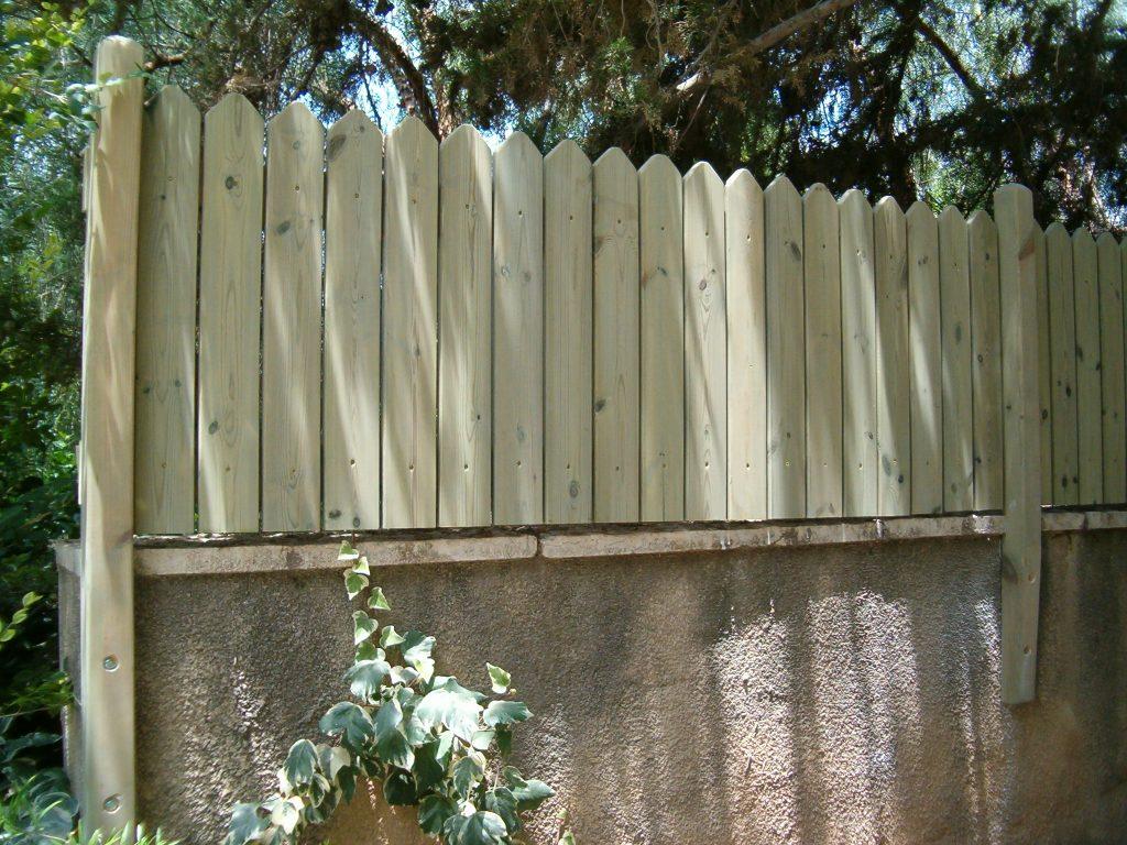 גדר לחצר מעץ