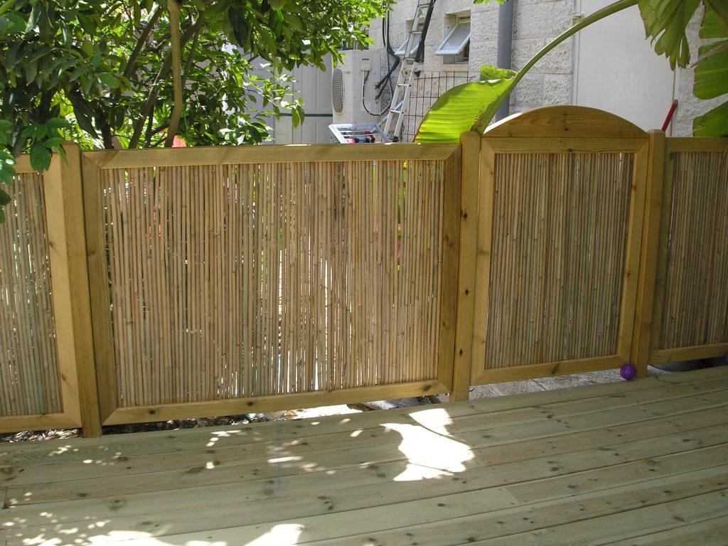 גדר ושער במבוק ממוסגר