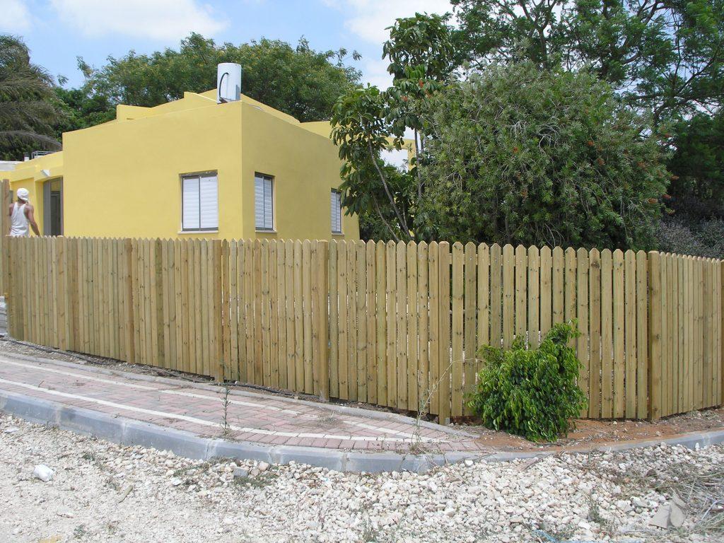גדר לוחות עם עמודים מבוטנים