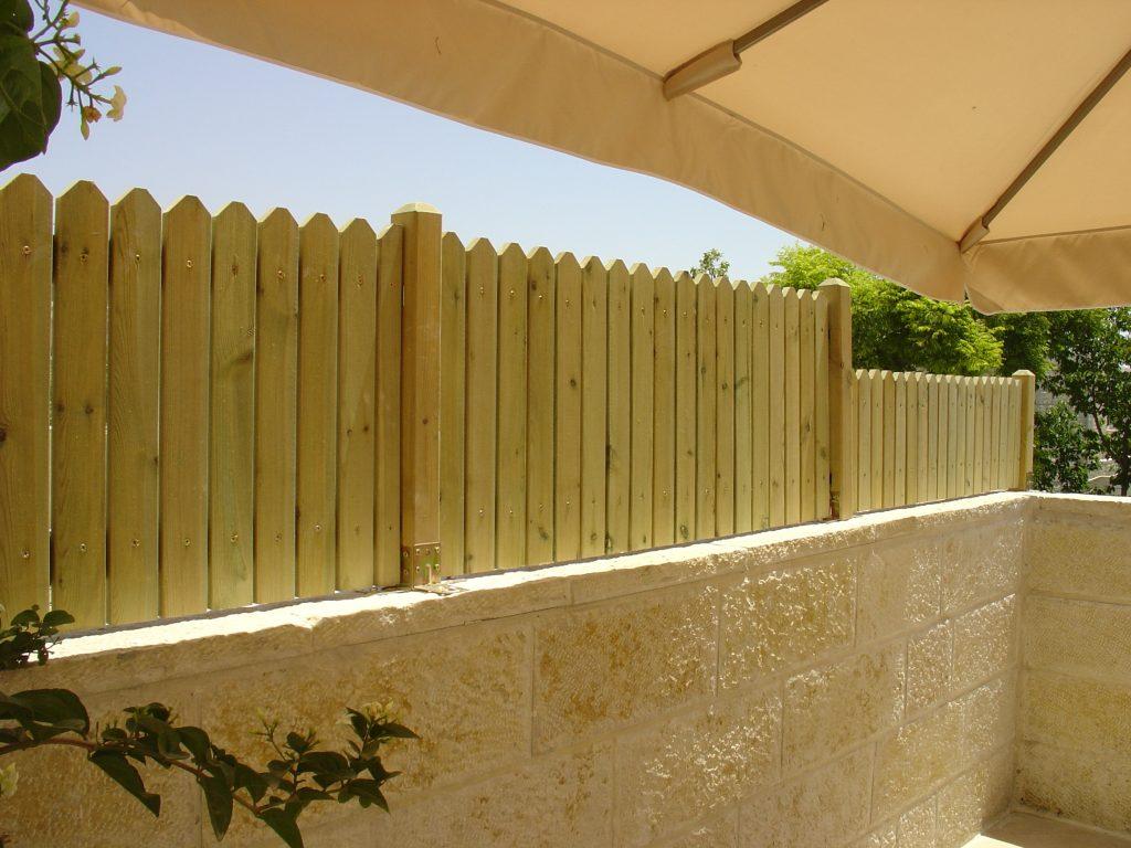 גדר על קיר