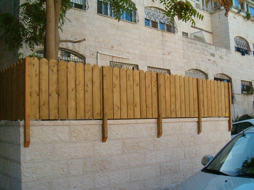 דוגמת עמודים בהתקנה על דופן הקיר