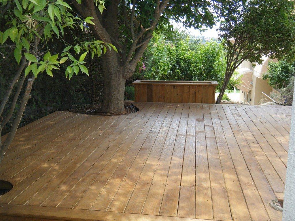 ריצוף בגינה עם סיפון עץ אורן קרולאיני