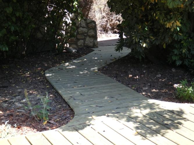 שבילי עץ בגינה ובחצר