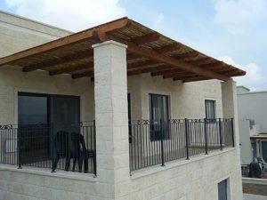 גגון כזה בעיקר יוסיף אלמנט עיצובי בכניסה צדדית לבית