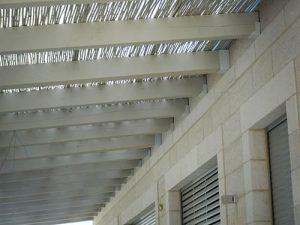 האגדים מעוגנים לקיר הבית עם תושבות מתכת ייעודיות צבועות בגוון לפי בקשת הלקוח